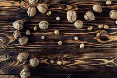 Nahrhafte und nützliche Lügen der Nuss auf braunem Holz Stockbild