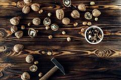Nahrhafte und nützliche Lügen der Nuss auf braunem Holz Stockfotografie