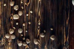 Nahrhafte und nützliche Lügen der Nuss auf braunem Holz Stockfotos