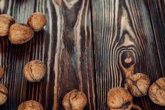 Nahrhafte und nützliche Lügen der Nuss auf braunem Holz Lizenzfreie Stockfotografie