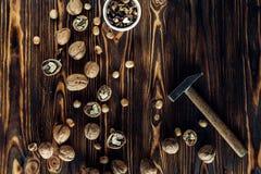 Nahrhafte und nützliche Lügen der Nuss auf braunem Holz Lizenzfreies Stockbild