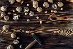 Nahrhafte und nützliche Lügen der Nuss auf braunem Holz Lizenzfreie Stockbilder