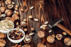 Nahrhafte und nützliche Lügen der Nuss auf braunem Holz Stockfoto
