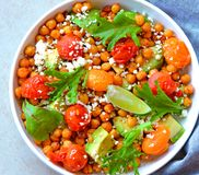 Nahrhafter vegetarischer Kichererbsensalat mit Feta Stockbilder