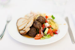 Nahrung auf weißer Platte Stockfotos
