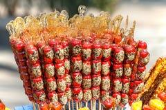 Nahrung des traditionellen Chinesen: Sugar-coated Haws Lizenzfreie Stockbilder
