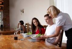 Nahrung, die in einer Gaststätte gedient wird lizenzfreies stockbild