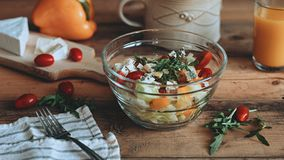 Nahrung, die frischen Salat mit Gemüse auf den hölzernen Planken anredet lizenzfreie stockbilder