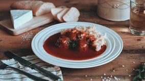 Nahrung, die Tomatensauce mit Teigwaren auf den hölzernen Planken anredet stockbild