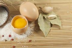 Nahrung - Eier, Salz? lizenzfreie stockbilder