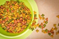 Nahrung für Haustiere Draufsichtin der Schüssel Lizenzfreie Stockfotos