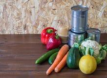 Nahrung für Spende auf weißer Tabelle stockfotos