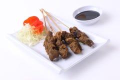 Nahrung Satay Indonesien auf weißer Platte stockfoto