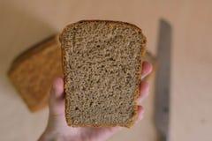 Nahrung schöne Zusammensetzung des Brotes, des Mehls und der Ohren auf hölzernem Hintergrund Stockbilder