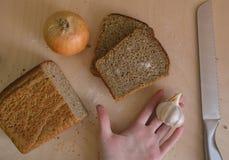 Nahrung schöne Zusammensetzung des Brotes, des Mehls und der Ohren auf hölzernem Hintergrund Lizenzfreie Stockbilder