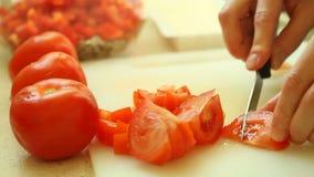 Nahrung Schneiden mit rotem Tomatengemüse des Küchenmessers stock video