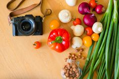 Nahrung schoss vom Frischgemüse, das auf einem Holztisch liegen lizenzfreie stockfotografie