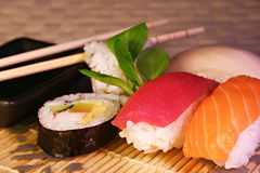 Nahrung: Sushi u. maki Lizenzfreie Stockfotografie
