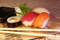 Nahrung: Sushi u. maki Lizenzfreie Stockfotos