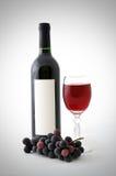 Nahrung und Getränkhintergrund mit Rotwein, frischen Trauben und Weinflasche Stockbild