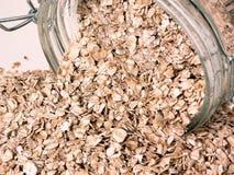 Nahrung: Verschüttete rohe Hafer stockbild
