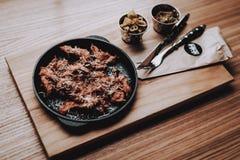 Nahrung zu den Kunden ' Lebensmittel in der Platte barman rest lizenzfreie stockfotografie