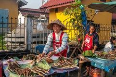 Nahrung zugebereitet auf der Straße Vang Vieng Stockbild