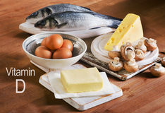 Nahrungsmittel, die Vitamin D auf einem Holztisch enthalten Lizenzfreies Stockbild