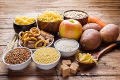 Nahrungsmittel hoch im Kohlenhydrat auf rustikalem hölzernem Hintergrund lizenzfreies stockfoto