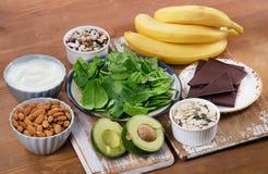 Nahrungsmittel hoch im Magnesium auf einem Holztisch Lizenzfreies Stockfoto