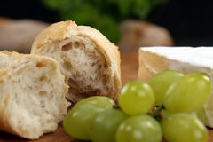 Käse, Brot und Trauben Stockfotos