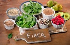 Nahrungsmittel reich in der Faser auf einem Holztisch stockfoto