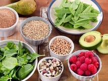 Nahrungsmittel reich in der Faser auf Holztisch Lizenzfreie Stockbilder