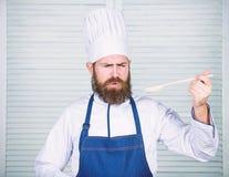 Nahrungsmittel?sthetik B?rtiger Mannkoch in der K?che, kulinarisch N?hren und biologisches Lebensmittel, Vitamin Chefmann im Hut  lizenzfreie stockfotografie
