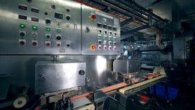 Nahrungsmittelfabrikmaschine mit Knöpfen in der Arbeit stock video