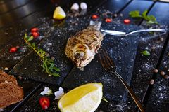 Nahrungsmittelfleischzartheitstellergemüseteigwarengemüsenachtisch-Getränkcocktail lizenzfreies stockfoto