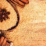 Nahrungsmittelhintergrund mit Kopienraum. Brown-Zucker, Anisstern und cin Lizenzfreies Stockbild