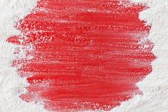 Nahrungsmittelhintergrund mit Kopienraum - Mehl gebürstet weg auf roter Tabelle stockfoto