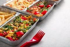 Nahrungsmittellieferungsbehälter mit verschiedenen Mahlzeiten auf Leuchtpult stockfotos