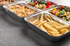 Nahrungsmittellieferungsbehälter mit verschiedenen Mahlzeiten auf Leuchtpult lizenzfreie stockbilder