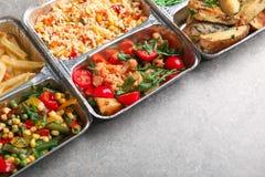 Nahrungsmittellieferungsbehälter mit verschiedenen Mahlzeiten auf Leuchtpult stockbild
