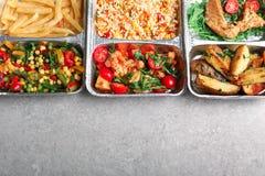 Nahrungsmittellieferungsbehälter mit verschiedenen Mahlzeiten auf Leuchtpult, Draufsicht stockfotografie