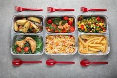 Nahrungsmittellieferungsbehälter mit verschiedenen Mahlzeiten auf Leuchtpult, Draufsicht lizenzfreies stockfoto
