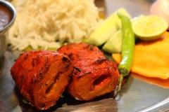 Nahrungsmittelservierplatte mit Gemüse, Reis, Salat, Zitrone, Rollen, grünem Paprika usw. stockbilder