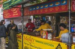 Nahrungsmittelverkäufer, die Nahrung an Markt Portlands Samstag kochen stockbilder