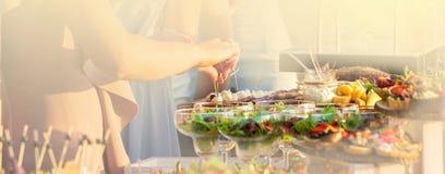 Nahrungsmittelversorgendes Küche-kulinarisches feinschmeckerisches Buffet-Partei-Konzept am sonnigen Tag stockfoto