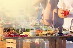 Nahrungsmittelversorgendes Küche-kulinarisches feinschmeckerisches Buffet-Partei-Konzept am sonnigen Tag lizenzfreie stockfotos