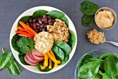 Nahrungsschüssel mit Quinoa, hummus, Mischgemüse, obenliegende Szene auf Schiefer lizenzfreies stockfoto
