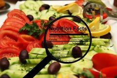Nahrungstatsachen auf frischem Salat Stockbild