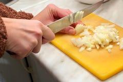 Nahrungvorbereitung-hacken von Zwiebeln Lizenzfreies Stockfoto